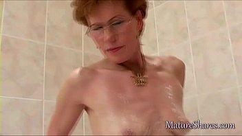 insertion pussy mature Frau von hinten