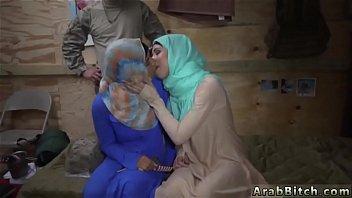 hard arab trio Mujer folla hombre con dildo4